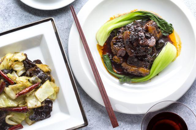 「レンゲ:Renge equriosity」監修 牛バラ肉の豆鼓煮込み&キャベツときくらげのピリ辛黒酢炒め